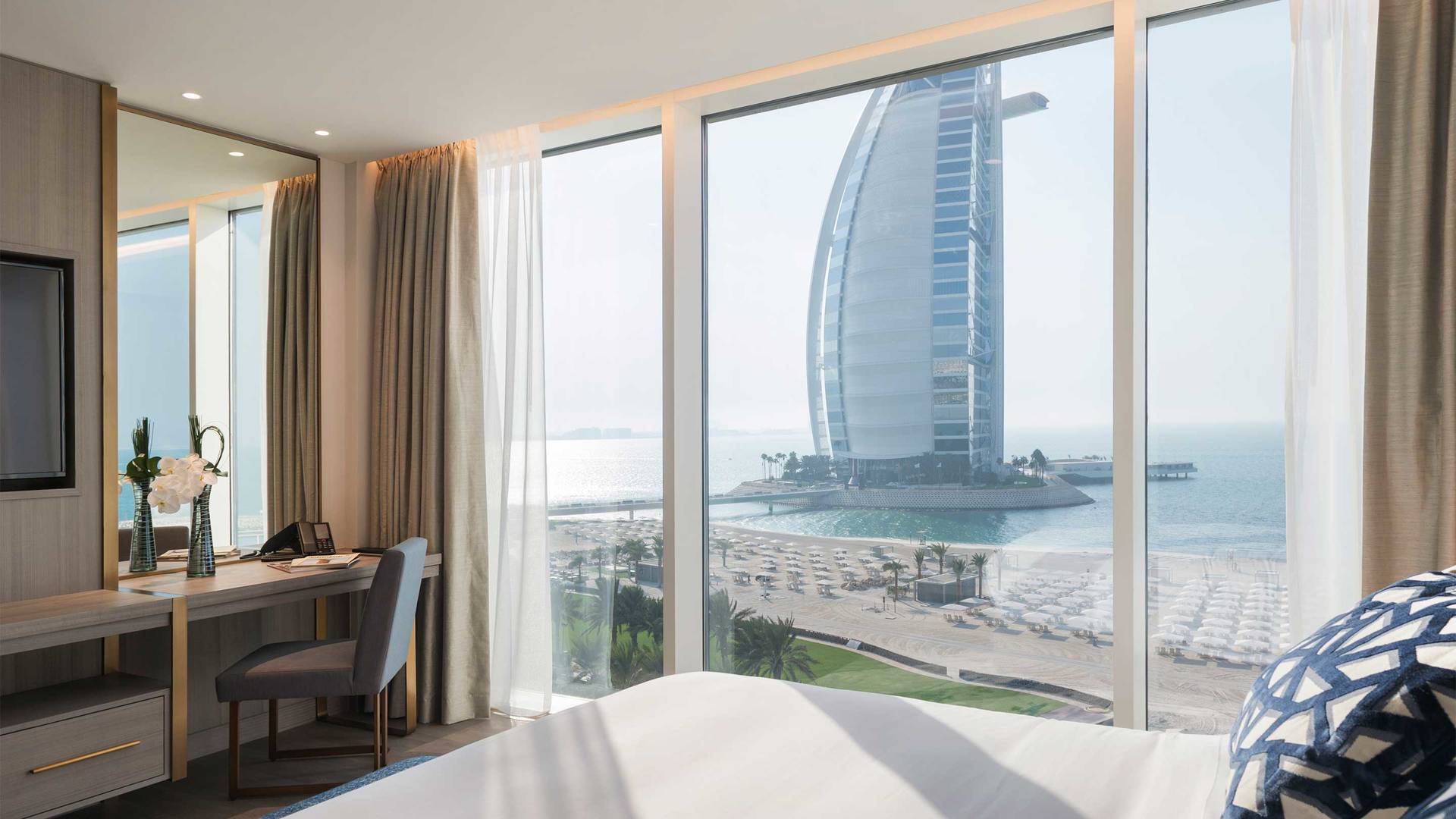 16-9_Jumeirah-Beach-Hotel---Suite-Bedroom-window