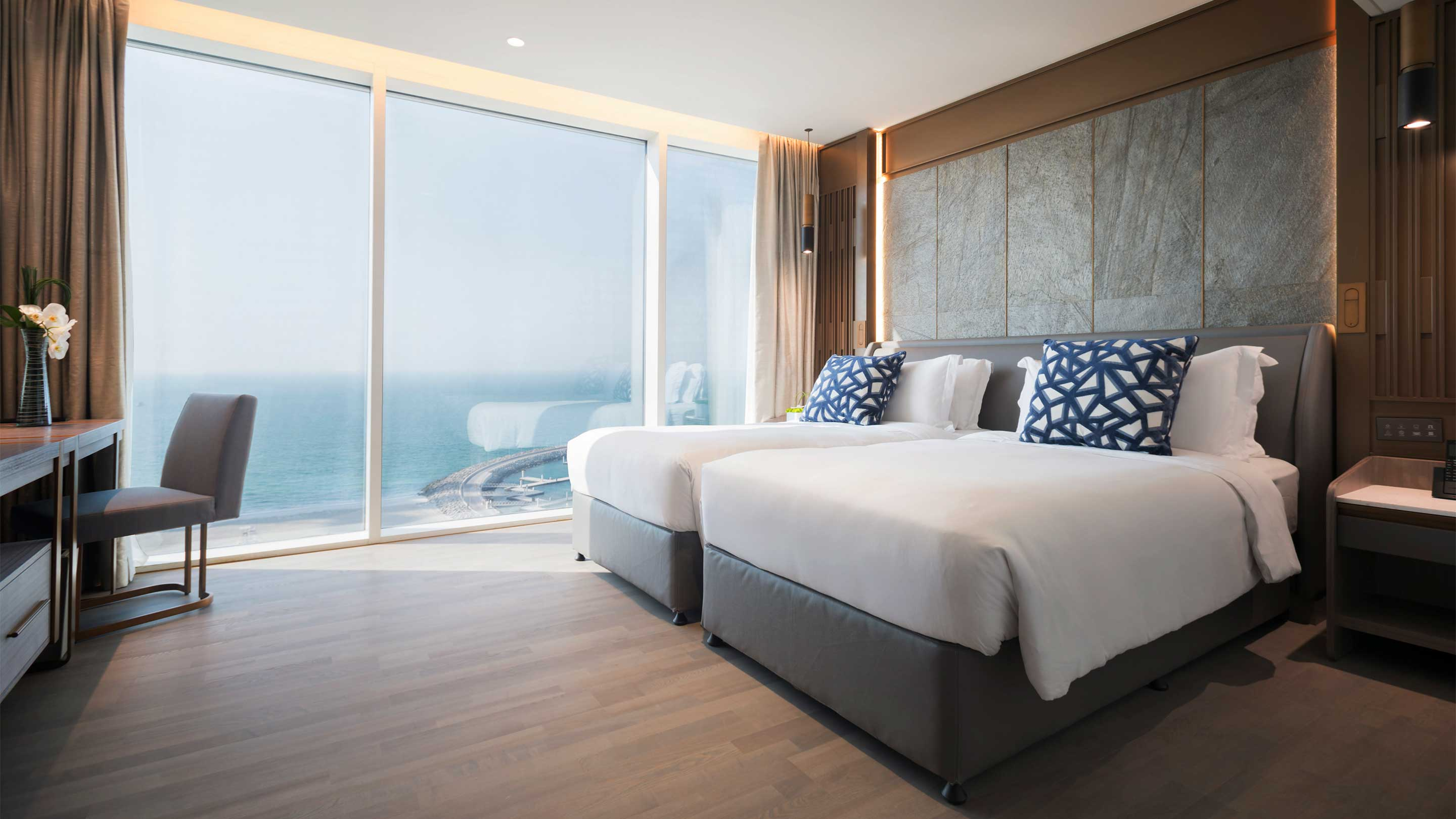 16-9_Jumeirah-Beach-Hotel---Suite-Bedroom