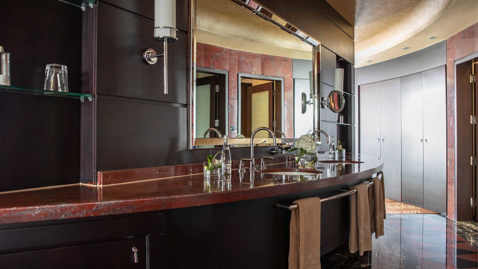 16-9_Jumeirah-Emirates-Towers---Royal-Suite---Bathroom-2