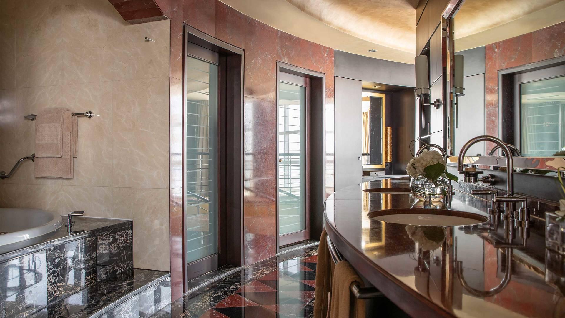 16-9_Jumeirah-Emirates-Towers---Royal-Suite---Bathroom Light