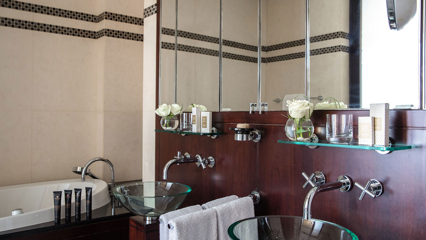Jumeirah Emirates Towers Scandinavian Presidential Suite Master Bathroom