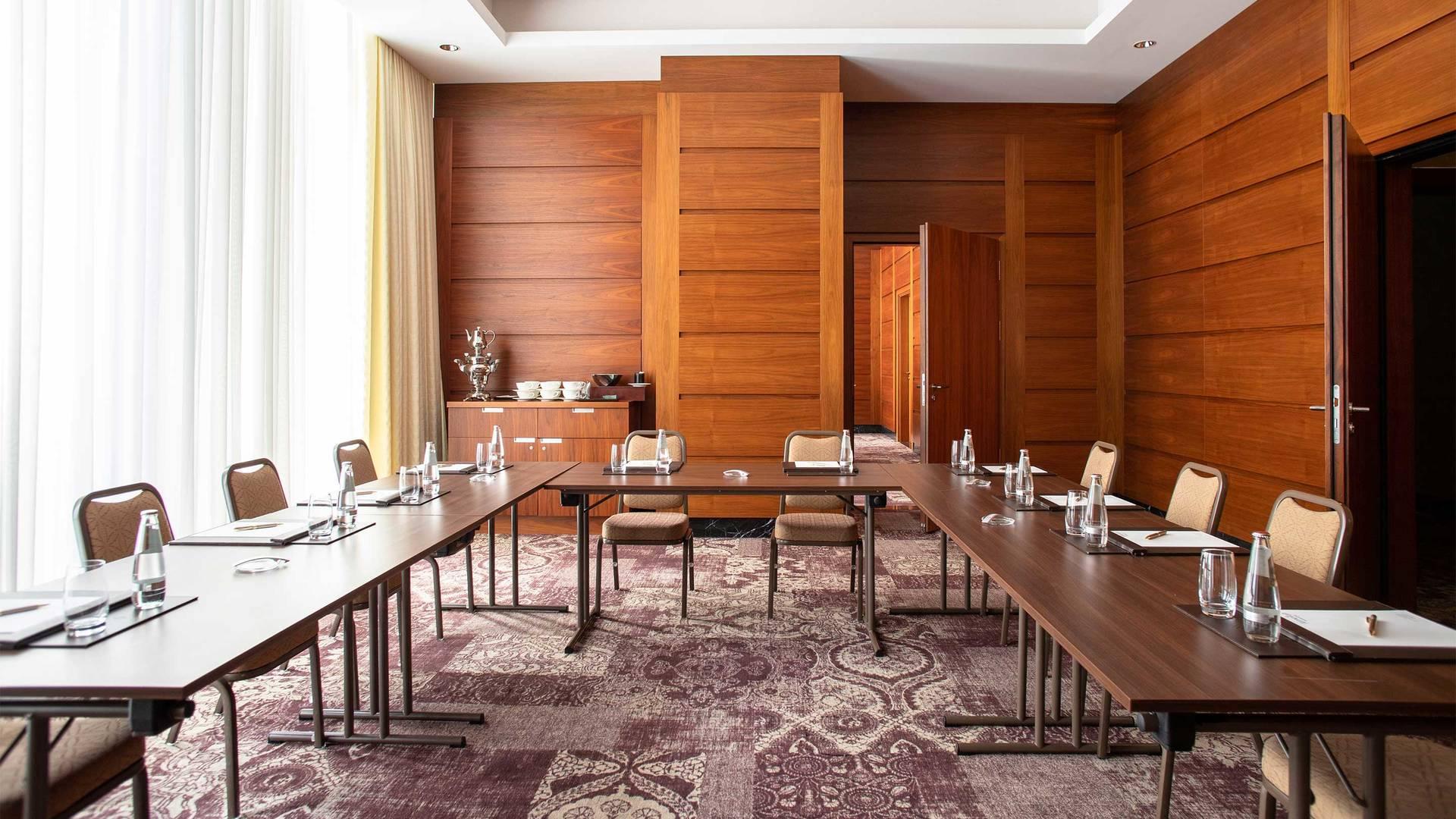 https://cdn.jumeirah.com/-/mediadh/DH/Hospitality/Jumeirah/Hotels/Frankfurt/Jumeirah-Frankfurt/Meeting-Rooms/16-9_Jumeirah-Frankfurt-L-tables-Meeting-Room-2_landscape.jpg?h=1080&w=1920&hash=997C39499A92828FCC4FDAEE6446CD61