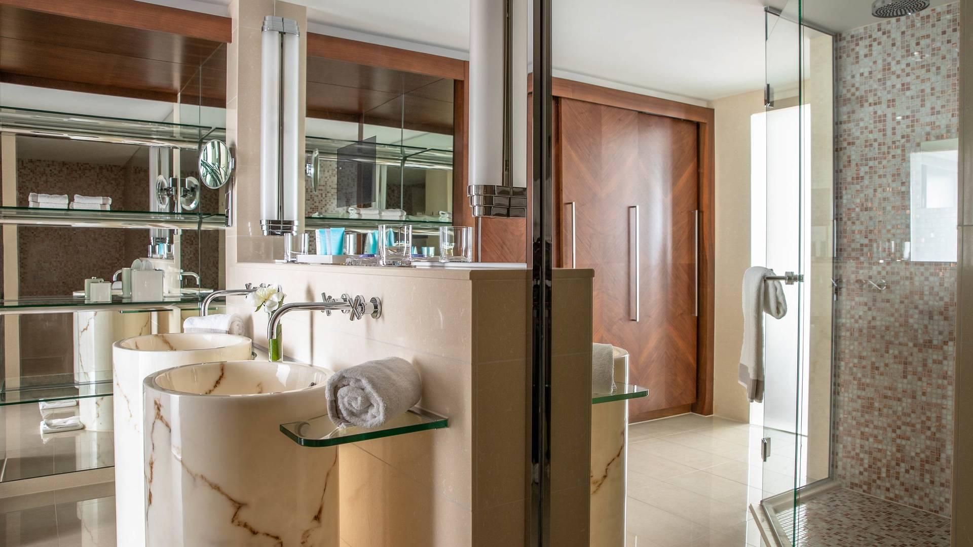 Jumeirah Frankfurt Panoramic Suite bathroom 1_16-9