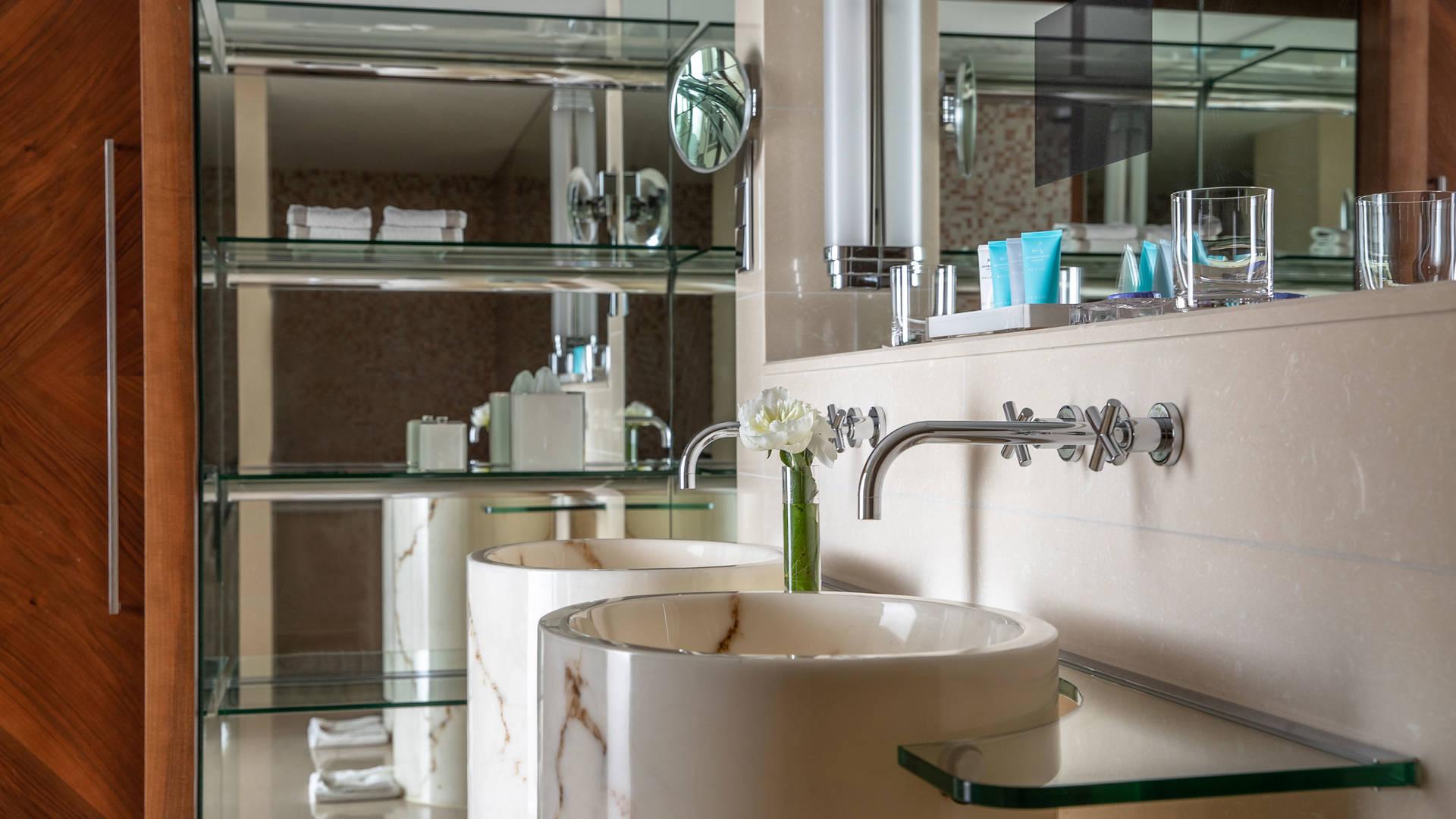 Jumeirah Frankfurt Panoramic Suite bathroom 2_16-9