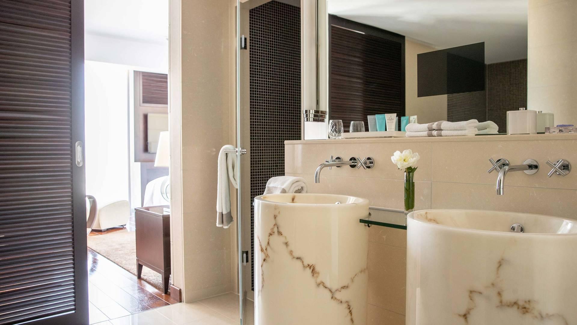 Jumeirah Frankfurt Presidential suite bathroom 1_16-9
