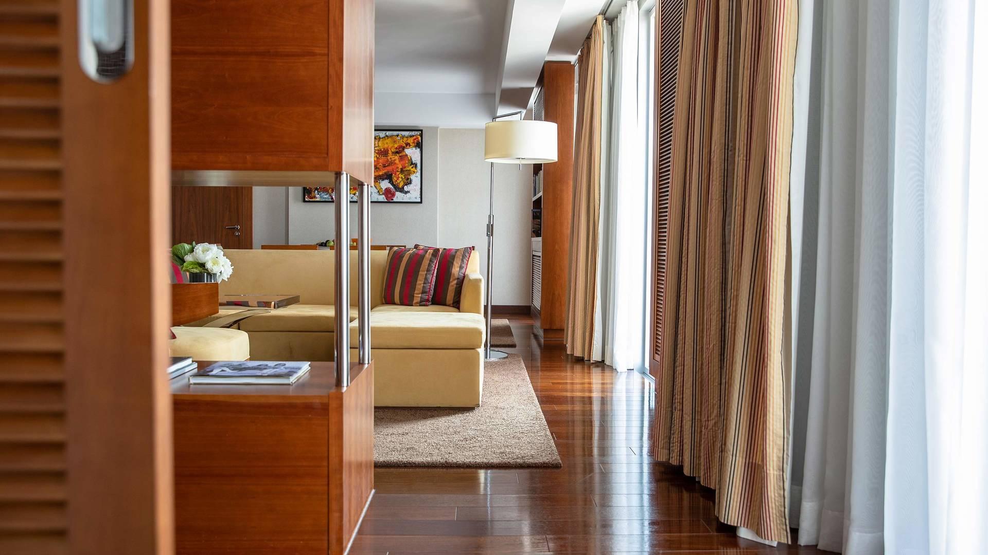 Jumeirah Frankfurt Senator suite livingroom 2_16-9