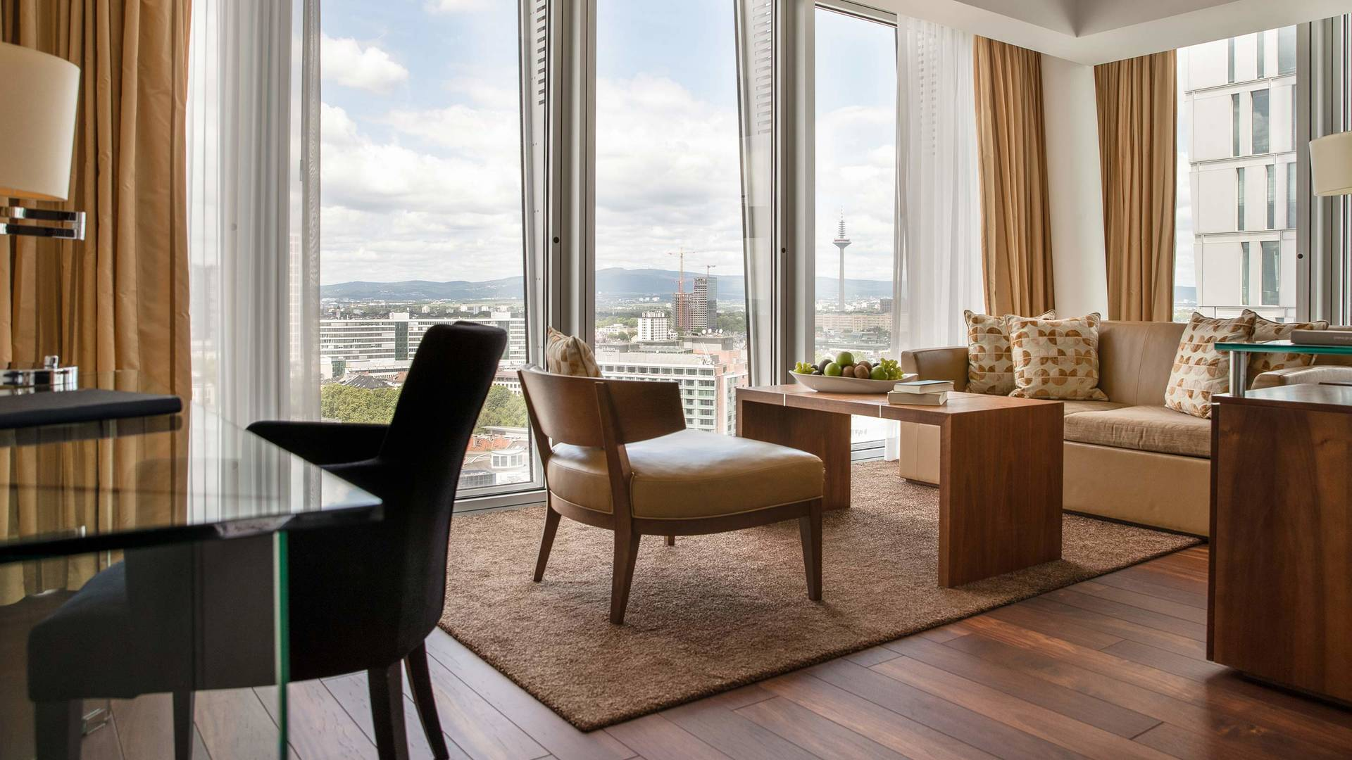Jumeirah Frankfurt skyline junior suite