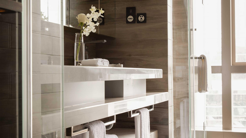 16-9 JUMEIRAH LIVING GUANGZHOU Contemporary 3 bed room suite bathroom 2