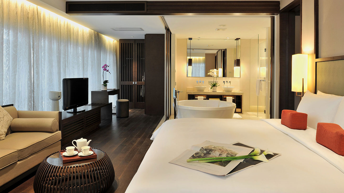 Bedroom and bath of Jumeirah Himalayas Hotel Grand Deluxe Suite