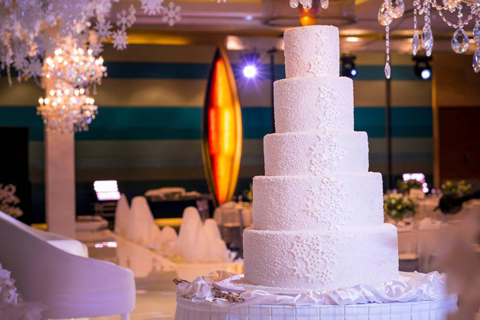 https://cdn.jumeirah.com/-/mediadh/DH/Hospitality/Jumeirah/Occasion/Dubai/Jumeirah-Beach-Hotel/Safinah-Ballroom/JumeirahBeachHotelSafinahBallroomWedding364.jpg?h=1080&w=1620&hash=8FDC55F98327F681D311279E75490C40
