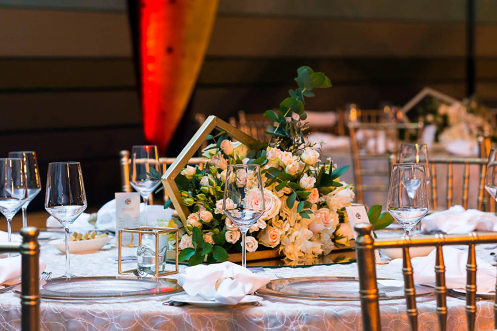 https://cdn.jumeirah.com/-/mediadh/DH/Hospitality/Jumeirah/Occasion/Dubai/Jumeirah-Beach-Hotel/Safinah-Ballroom/JumeirahBeachHotelSafinahBallroomWedding464.jpg?h=1080&w=1620&hash=295F393F2B4049E61D360537B9BFDF45