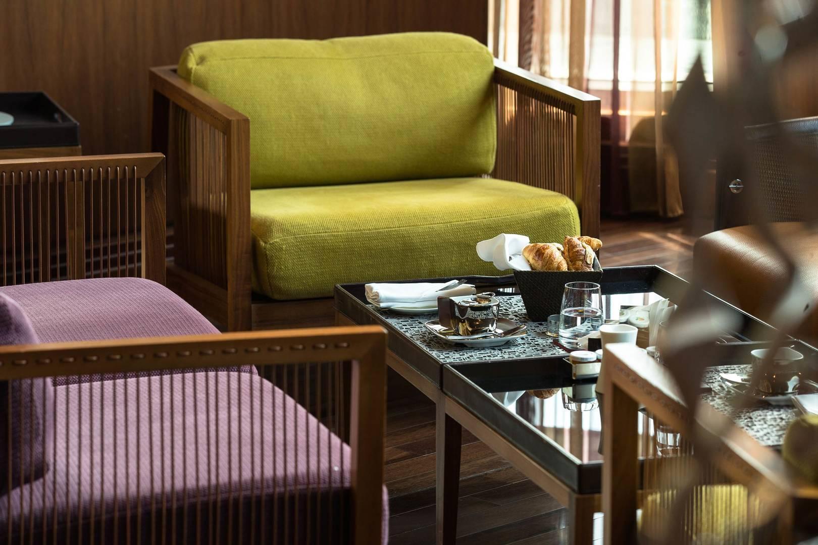 https://cdn.jumeirah.com/-/mediadh/DH/Hospitality/Jumeirah/Restaurants/Dubai/Creekside-Hotel-Crimson-Gallery/Restaurant-Gallery/Highresolution300dpiJumeirahCreeksideHotelCrimsonGallery164.jpg?h=1080&w=1620&hash=A59B1AEAD6307F0AF661C41BD51F57C3