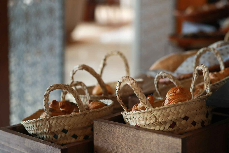 https://cdn.jumeirah.com/-/mediadh/DH/Hospitality/Jumeirah/Restaurants/Dubai/Zabeel-Saray-Club-Lounge/Restaurant-Gallery/GalleryClubExecutiveJumeirahMessilahBeachHotelSpa6.jpg?h=1920&w=2880&hash=79A4414F43E8C8BA4B66D2623590CC91