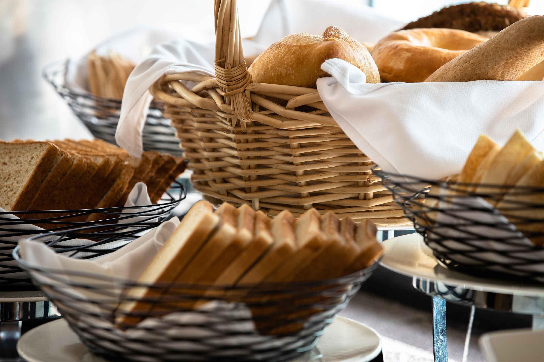 https://cdn.jumeirah.com/-/mediadh/DH/Hospitality/Jumeirah/Restaurants/Dubai/Zabeel-Saray-Club-Lounge/Restaurant-Gallery/Gallery_Jumeirah-Living-World-Trade-Centre-Residences-The-Club-Lounge-breakfast-buffett-3.jpg?h=1920&w=2880&hash=A1F18C8BB58423E1F116055DBEB582CA