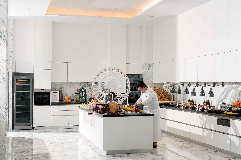 https://cdn.jumeirah.com/-/mediadh/DH/Hospitality/Jumeirah/Restaurants/Dubai/Zabeel-Saray-Club-Lounge/Restaurant-Gallery/Gallery_Jumeirah-Nanjing-Club-Lounge-food-station.jpg?h=1920&w=2880&hash=647F67EC6A32C614828E923BE47C0101