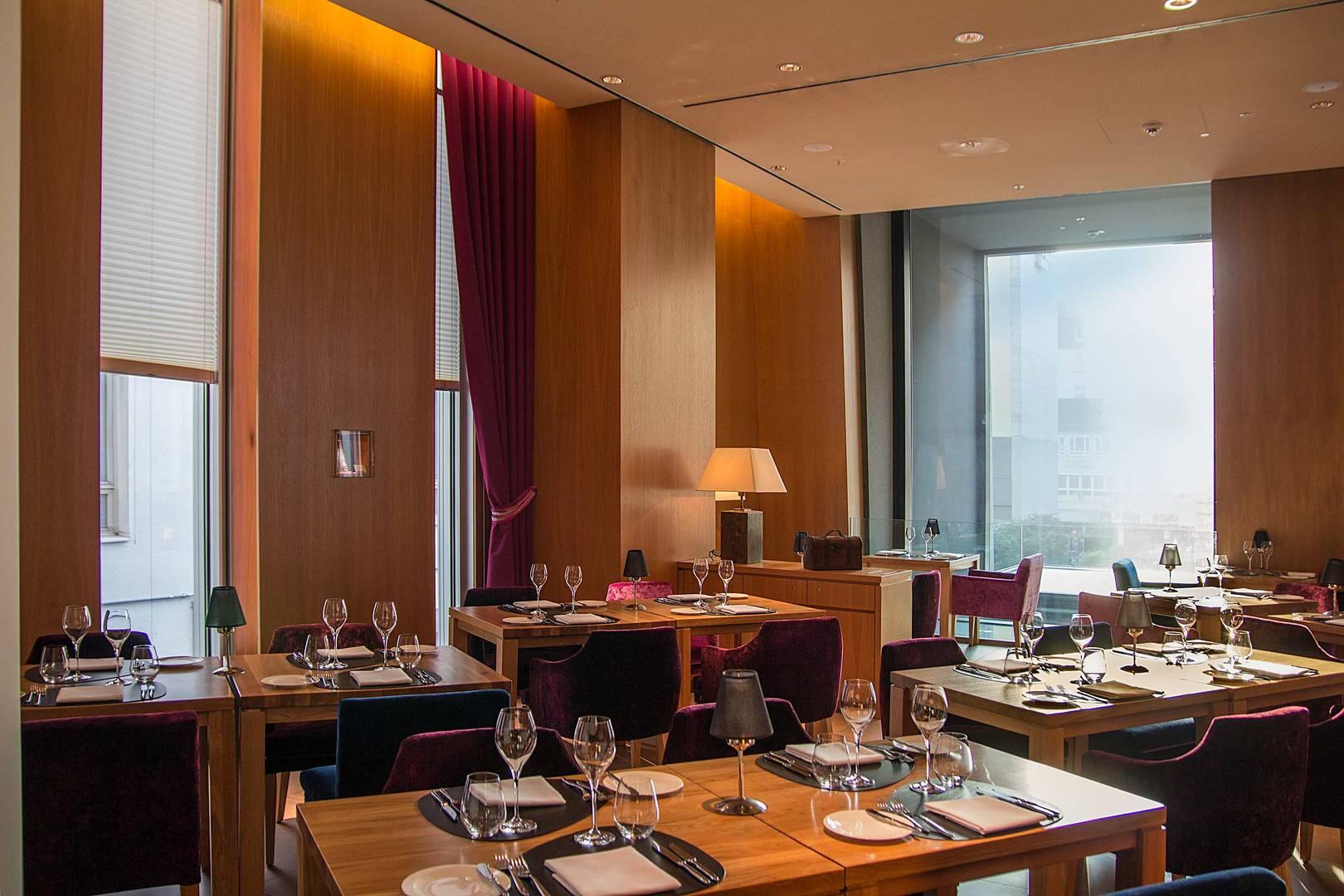 https://cdn.jumeirah.com/-/mediadh/DH/Hospitality/Jumeirah/Restaurants/Frankfurt/Frankfurt-Max-On-One-Grill-Room/Restaurant-Gallery/Jumeirah-Frankfurt-Max-on-One-Grillroom-2_6-4.jpg?h=1080&w=1620&hash=63C7E2C65ED868FC3A5BE4E7657C50AC
