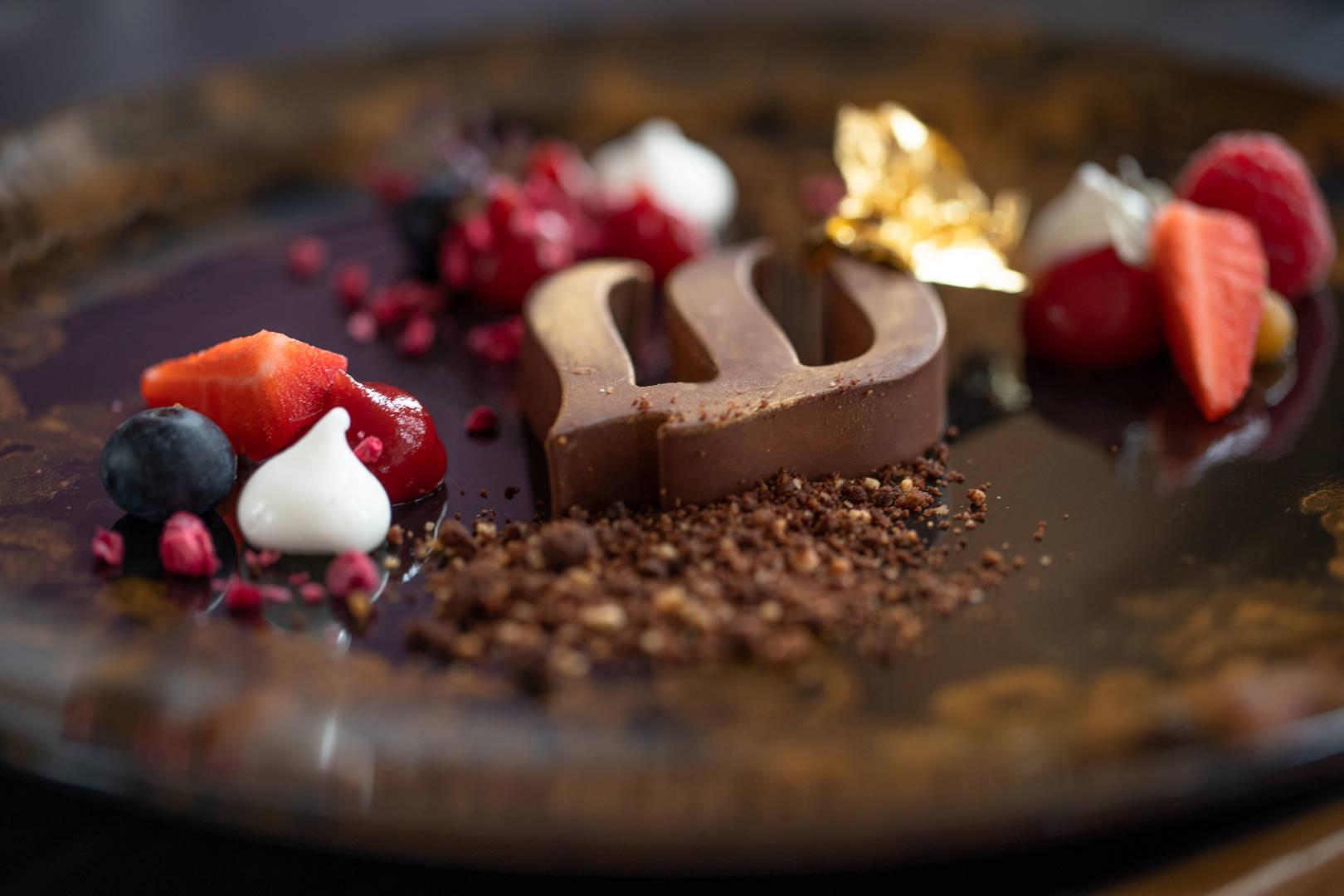 https://cdn.jumeirah.com/-/mediadh/DH/Hospitality/Jumeirah/Restaurants/Frankfurt/Frankfurt-Max-On-One-Grill-Room/Restaurant-Gallery/Jumeirah-Frankfurt-Max-on-One-Grillroom-Beacon-Dessert_6-4.jpg?h=1080&w=1620&hash=C4B116DF40C9C2926DA913A1BB1EC9CD