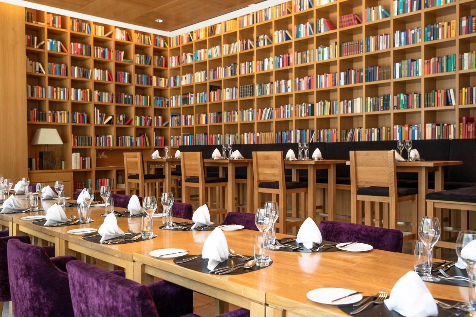 https://cdn.jumeirah.com/-/mediadh/DH/Hospitality/Jumeirah/Restaurants/Frankfurt/Frankfurt-Max-On-One-Grill-Room/Restaurant-Gallery/Jumeirah-Frankfurt-Max-on-One-Grillroom-Library-5_6-4.jpg?h=1080&w=1620&hash=504CA165C65338E45165B8EABB631A10