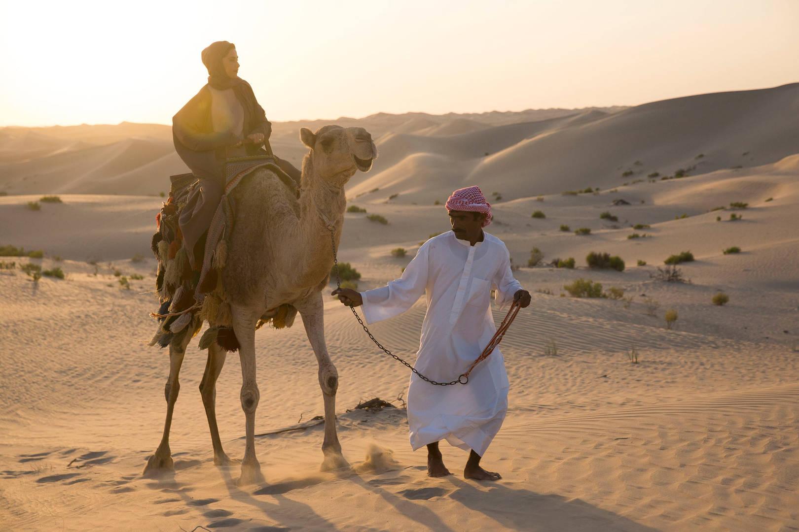 骑在骆驼上的女士