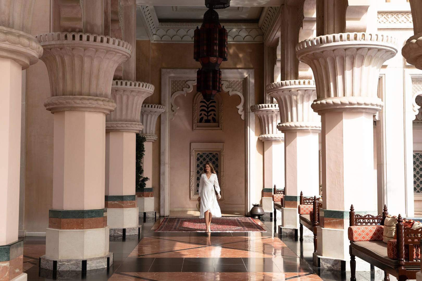 فندق جميرا القصر، صاحب المناظر الطبيعية الخلّابة ونمط الحياة الخارجي
