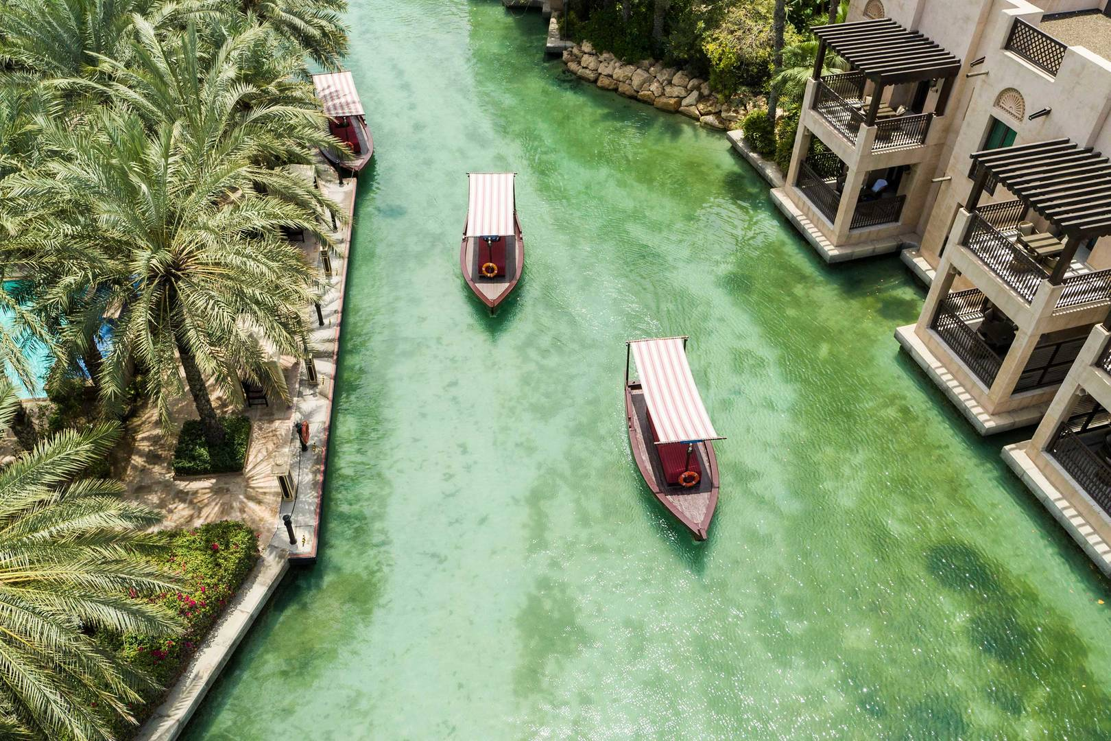 قوارب فوق الممرات المائية في جميرا دار المصيف