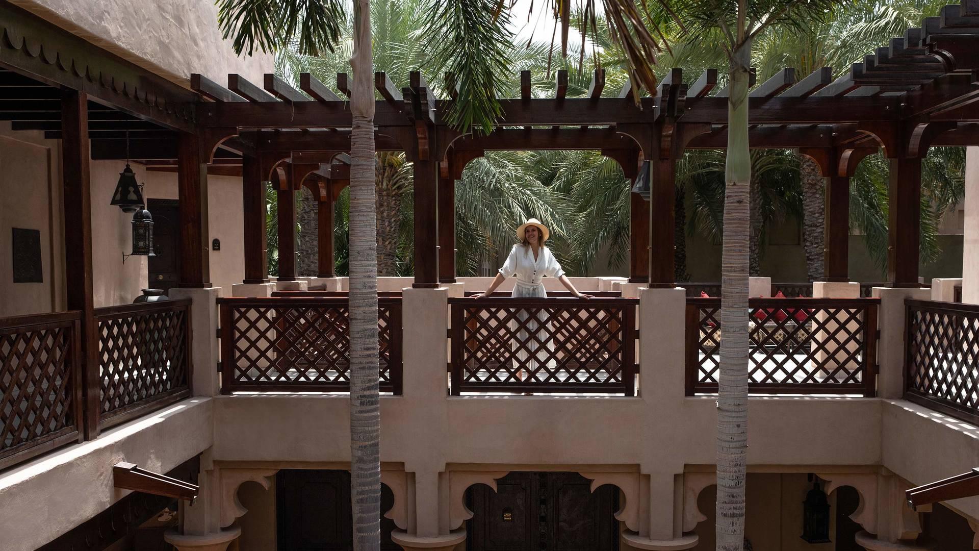 Frau auf Balkon im Hotel Jumeirah Dar Al Masyaf