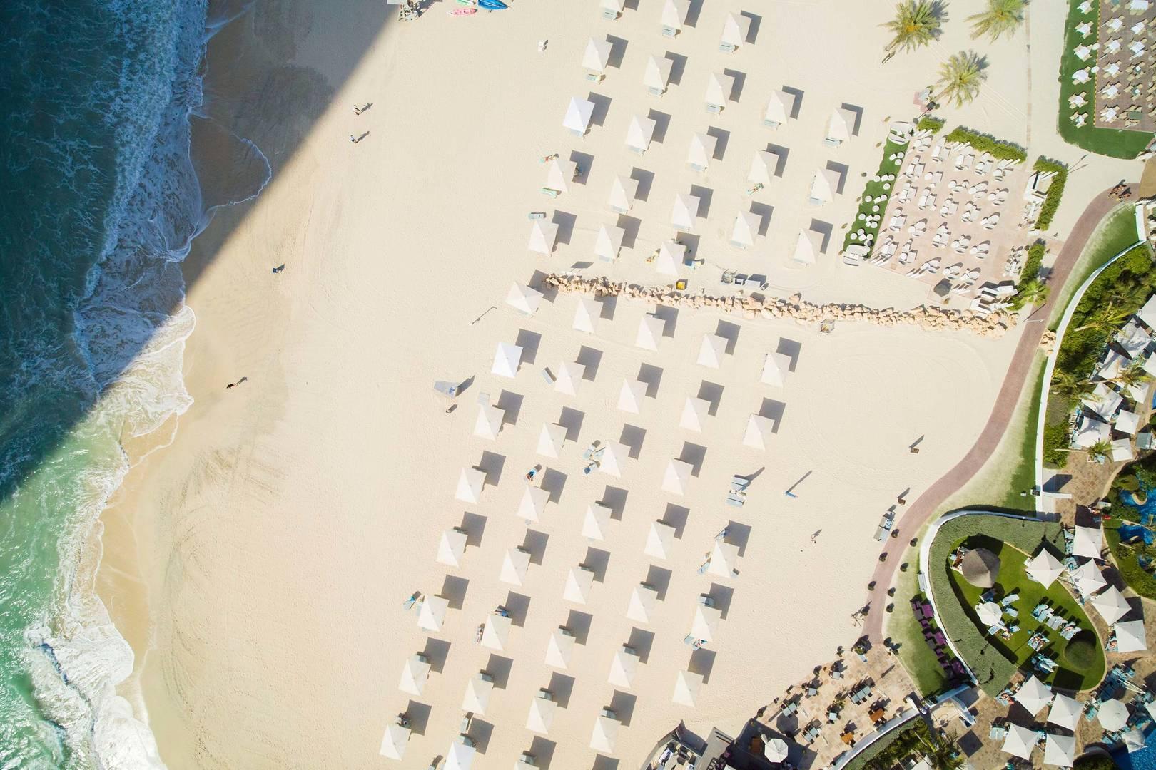 Luftaufnahme des Strandes beim Jumeirah Beach Hotel
