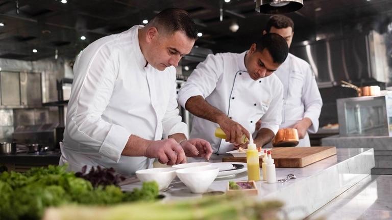 Шеф-повара сети Jumeirah на кухне_16-9