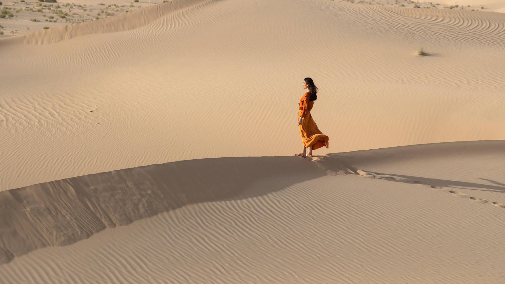 Frau auf einer Düne