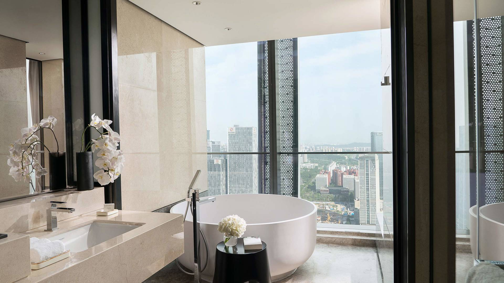 Jumeirah bathroom views Nanjing_6-9