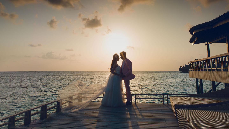 Курорт Jumeirah Vittaveli— силуэт пары у моря на свадебной церемонии