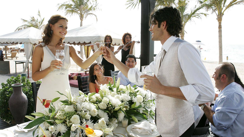 Пара произносит тост на свадьбе у моря на курорте Madinat Jumeirah