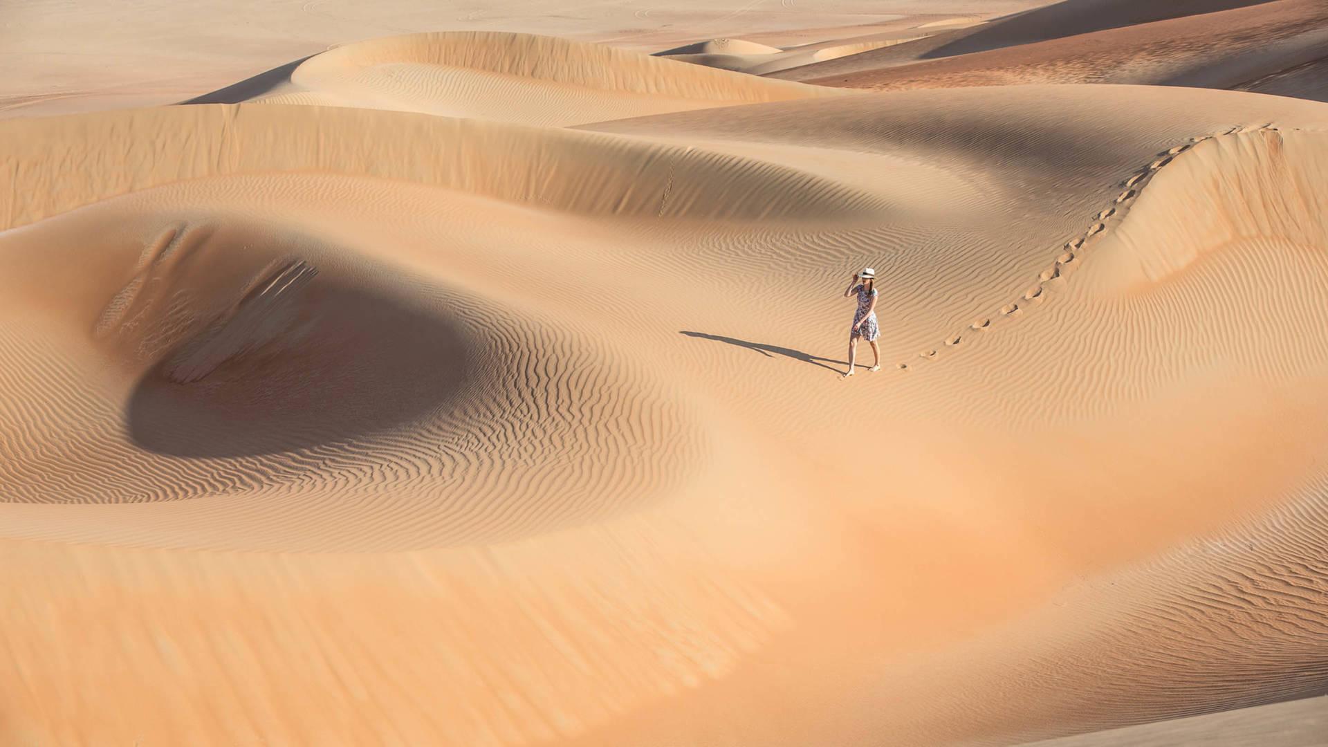 سيدة في زيارة لصحراء الربع الخالي في عُمان