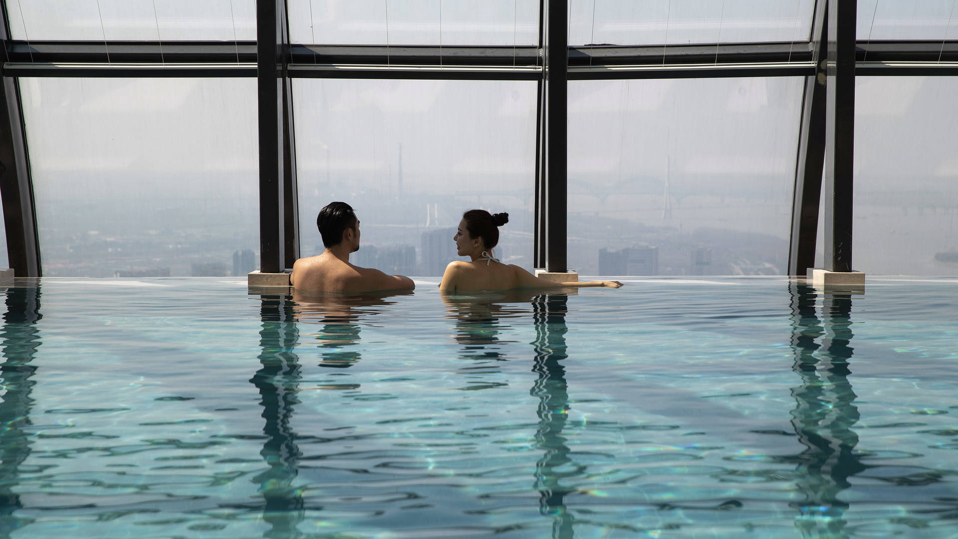 Jumeirah Nanjing leisure couple in the pool_16-9
