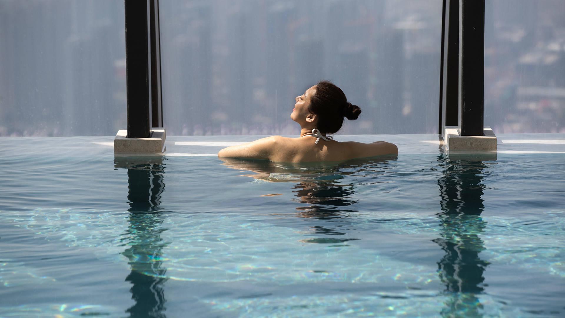 Jumeirah Nanjing leisure woman in the pool_16-9