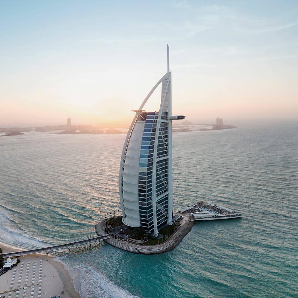 Burj Al Arab Aufnahme von oben bei Sonnenuntergang | Jumeirah