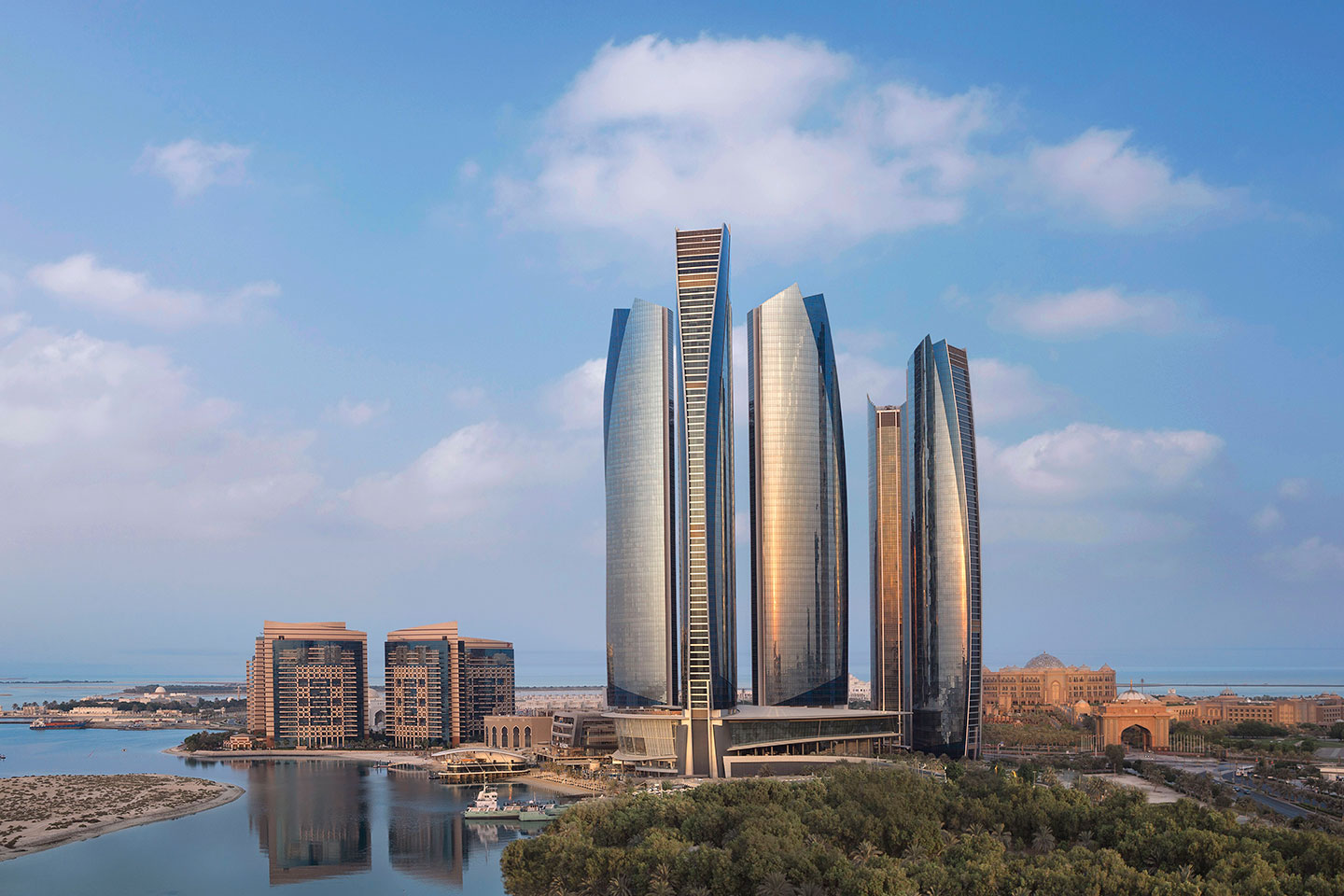 Небо над Etihad Towers