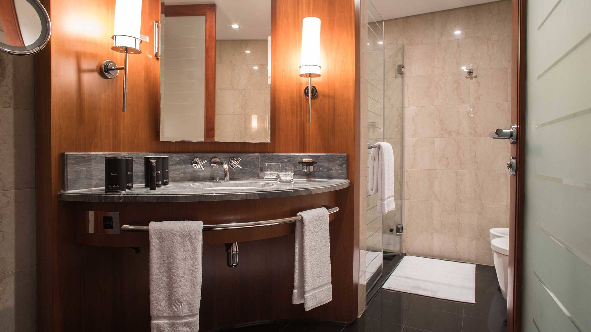 16-9 Jumeirah-Emirates-Towers---Deluxe-Room-Bathroom