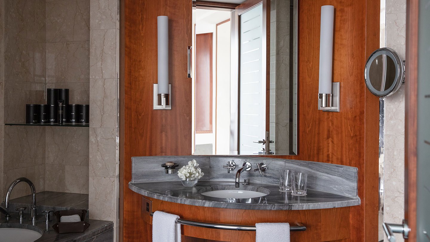 Jumeirah Emirates Towers Premium Deluxe Room Bathroom