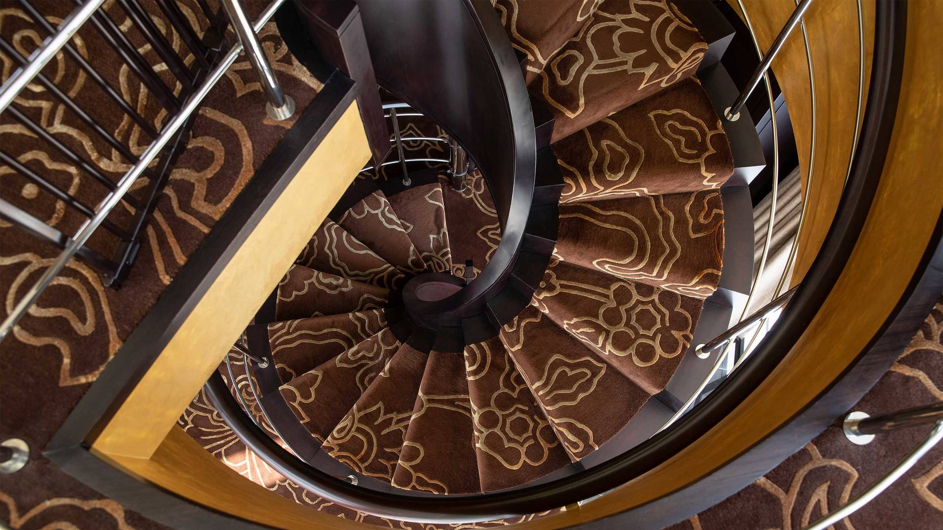 16-9_Jumeirah-Emirates-Towers---Royal-Suite---Spiral-Staircase-Front view2