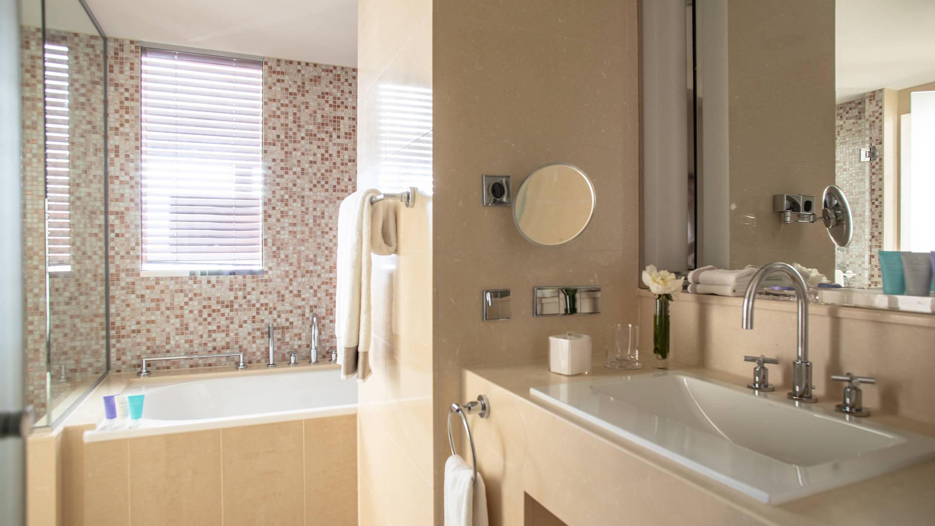 Jumeirah Frankfurt Deuxe room bathroom_16-9