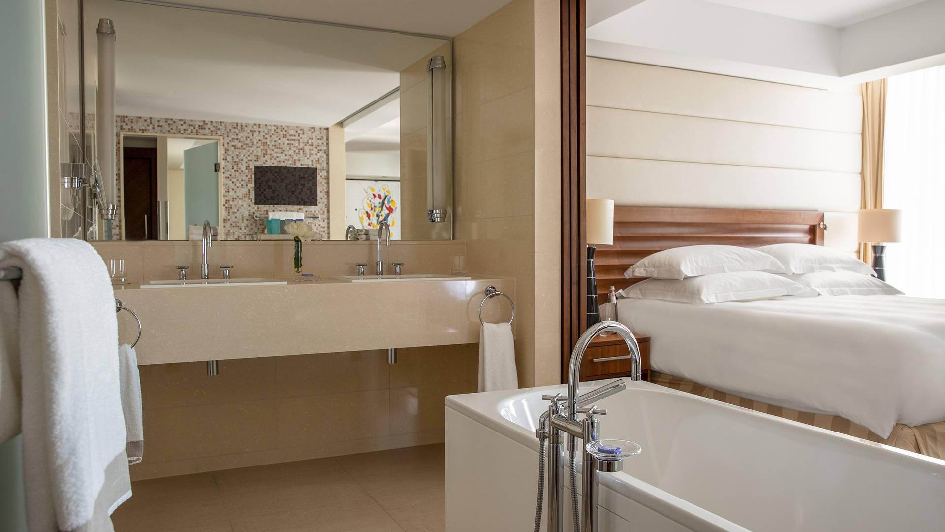 Jumeirah Frankfurt Grand deluxe bathroom_16-9