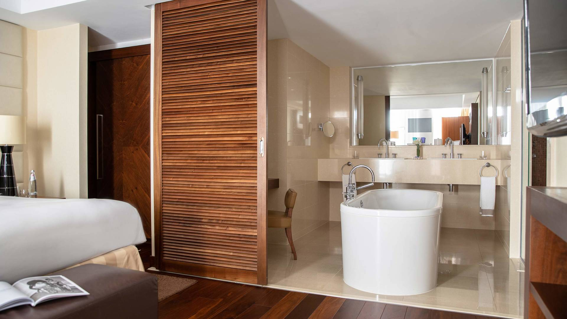 Jumeriah Frankfurt Grand deluxe bathroom_16-9