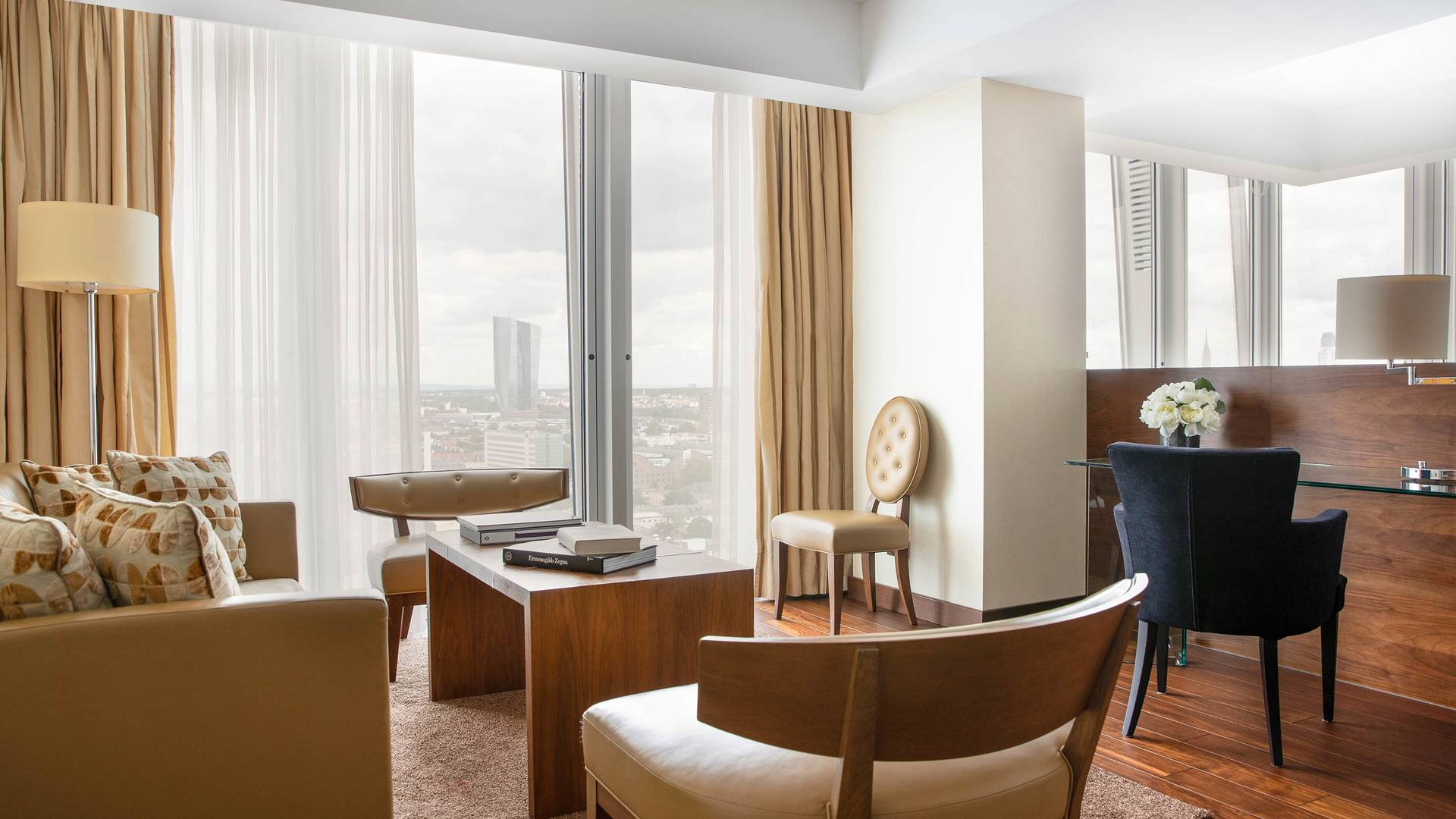Jumeirah Frankfurt Panoramic Suite livingoom_16-9