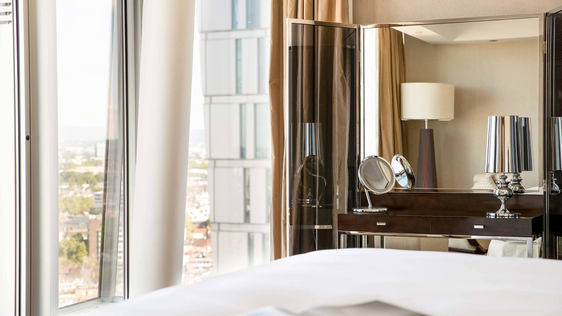 Jumeirah Frankfurt Presidential suite Bedroom 1_16-9