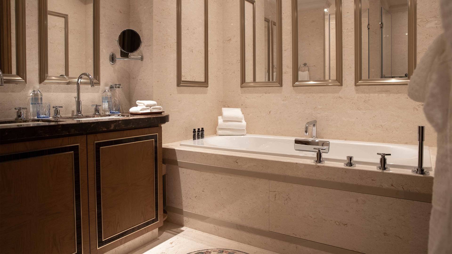 16-9 JUMEIRAH LIVING GUANGZHOU Class 2 bed room suite bath room