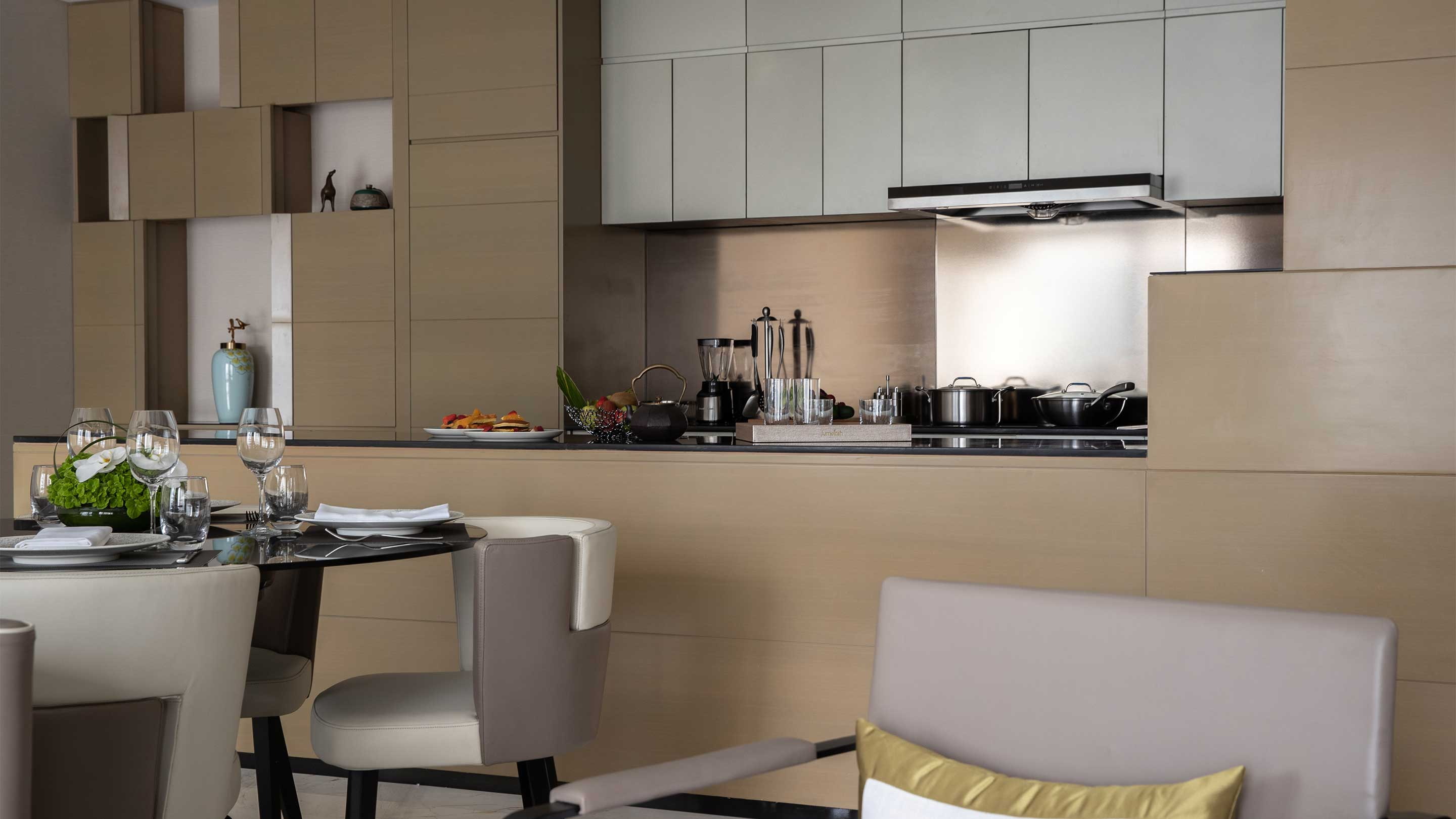 16-9 JUMEIRAH LIVING GUANGZHOU Contemporary 3 bed room suite dining room open kitchen