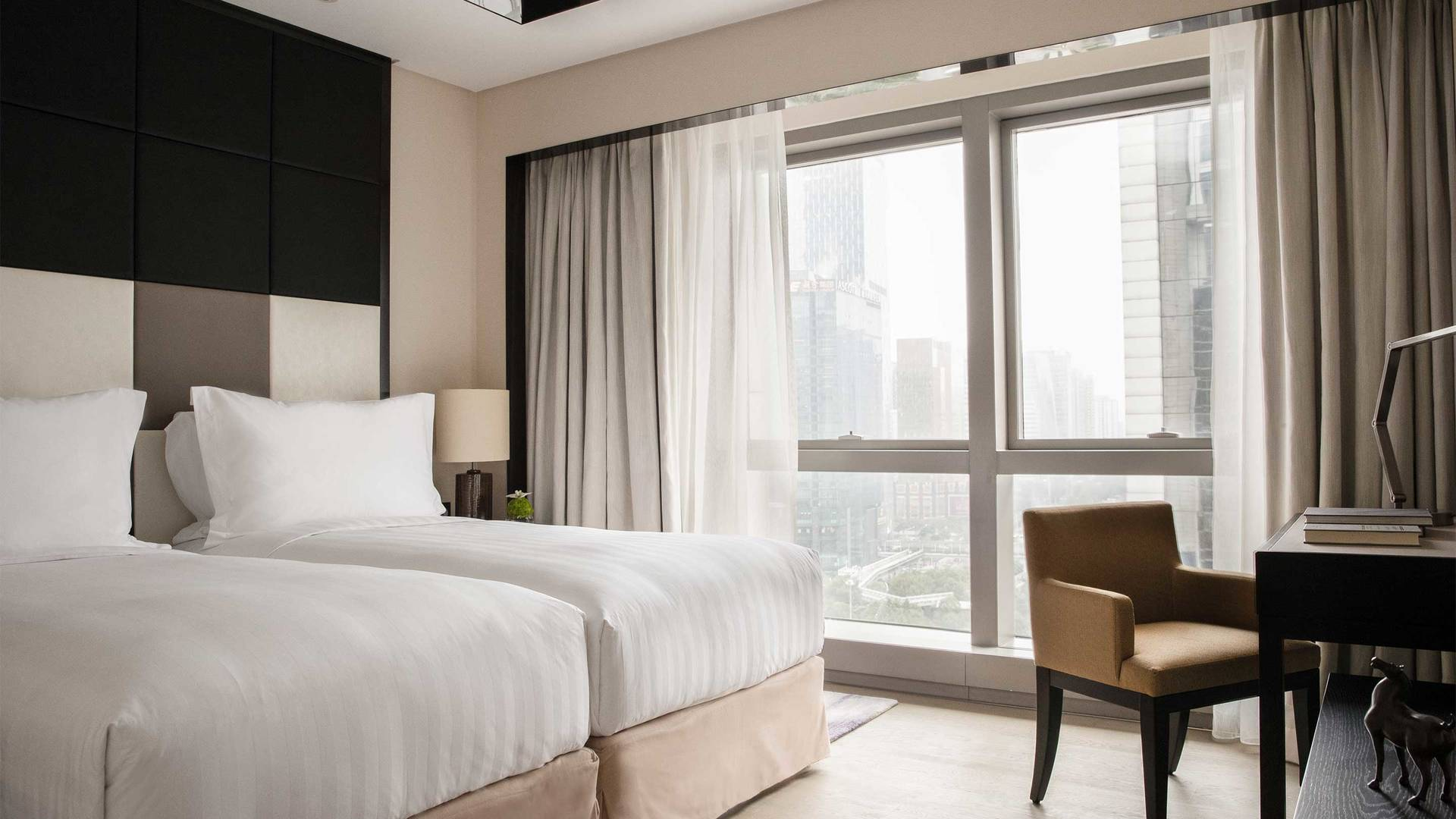 16-9 JUMEIRAH LIVING GUANGZHOU Contemporary 2 bed room suite bed room 01