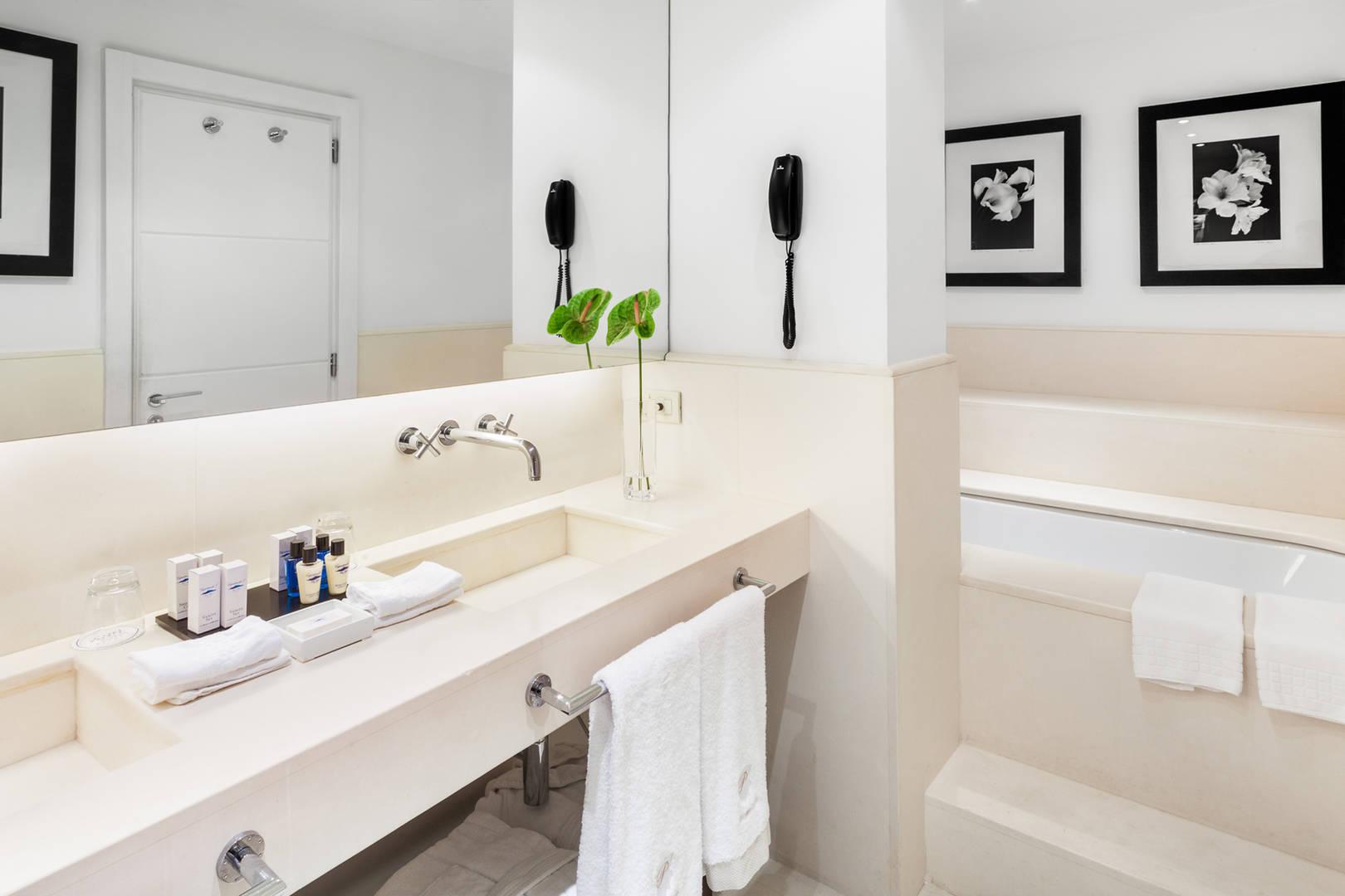 Art Suite Miro Bath room