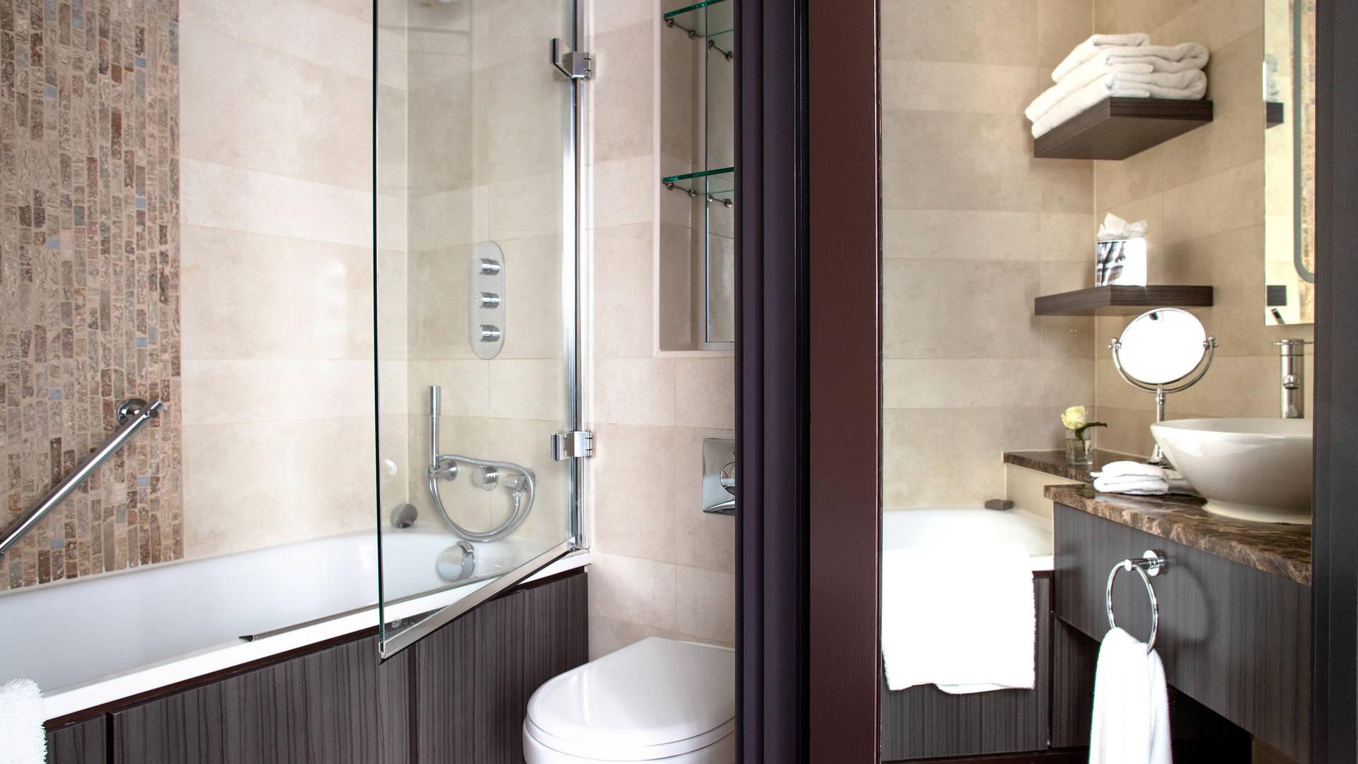 Bathroom-Deluxe-Room-Jumeirah-Lowndes-Hotel